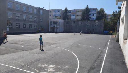 Terenurile de sport de la trei licee din Pitești au fost reabilitate