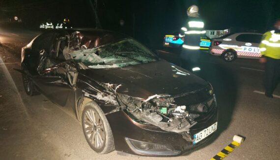 Accident cu victime în Argeș: Mașină făcută praf după ce a intrat într-o dubă cu lemne
